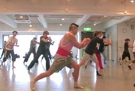 ミュージカルなど舞台の上で踊るダンサーに求められること、そしてコマーシャルなどの映像の中で踊るダンサーに求められることは、それぞれ何だと思いますか。